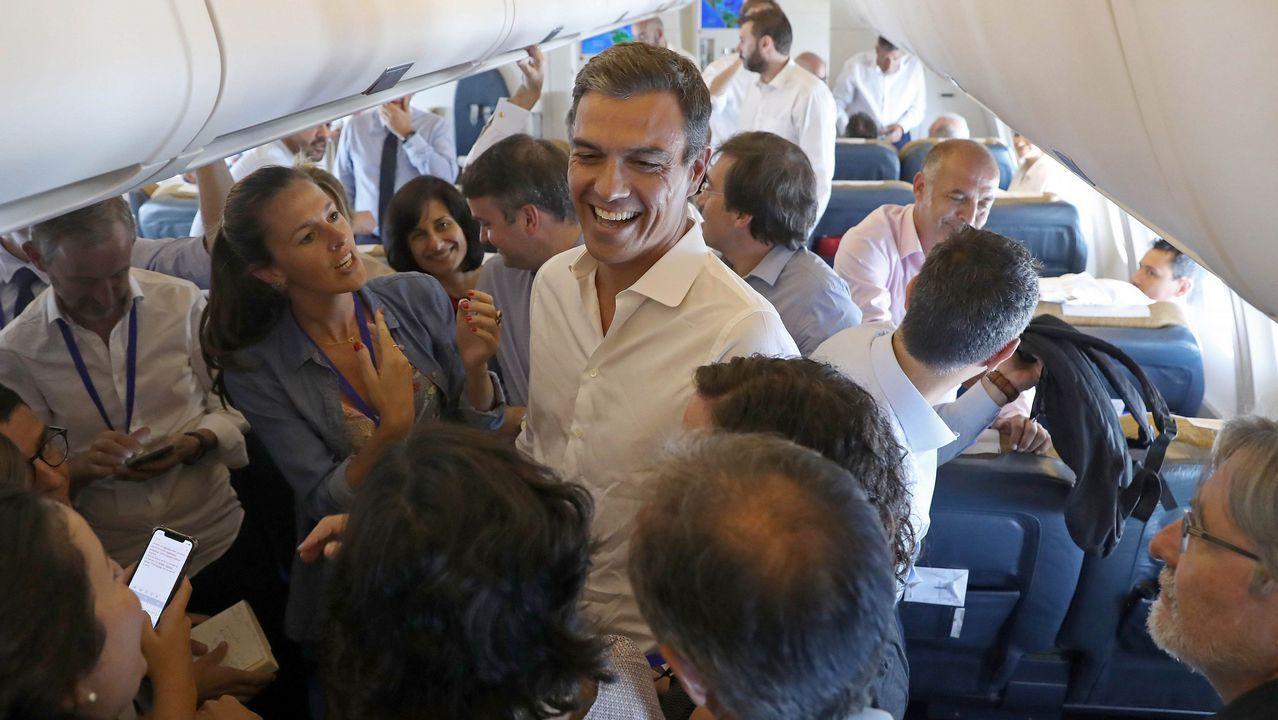 .Pedro Sánchez, durante una conversación informal con los periodistas en su vuelo de regreso de su gira