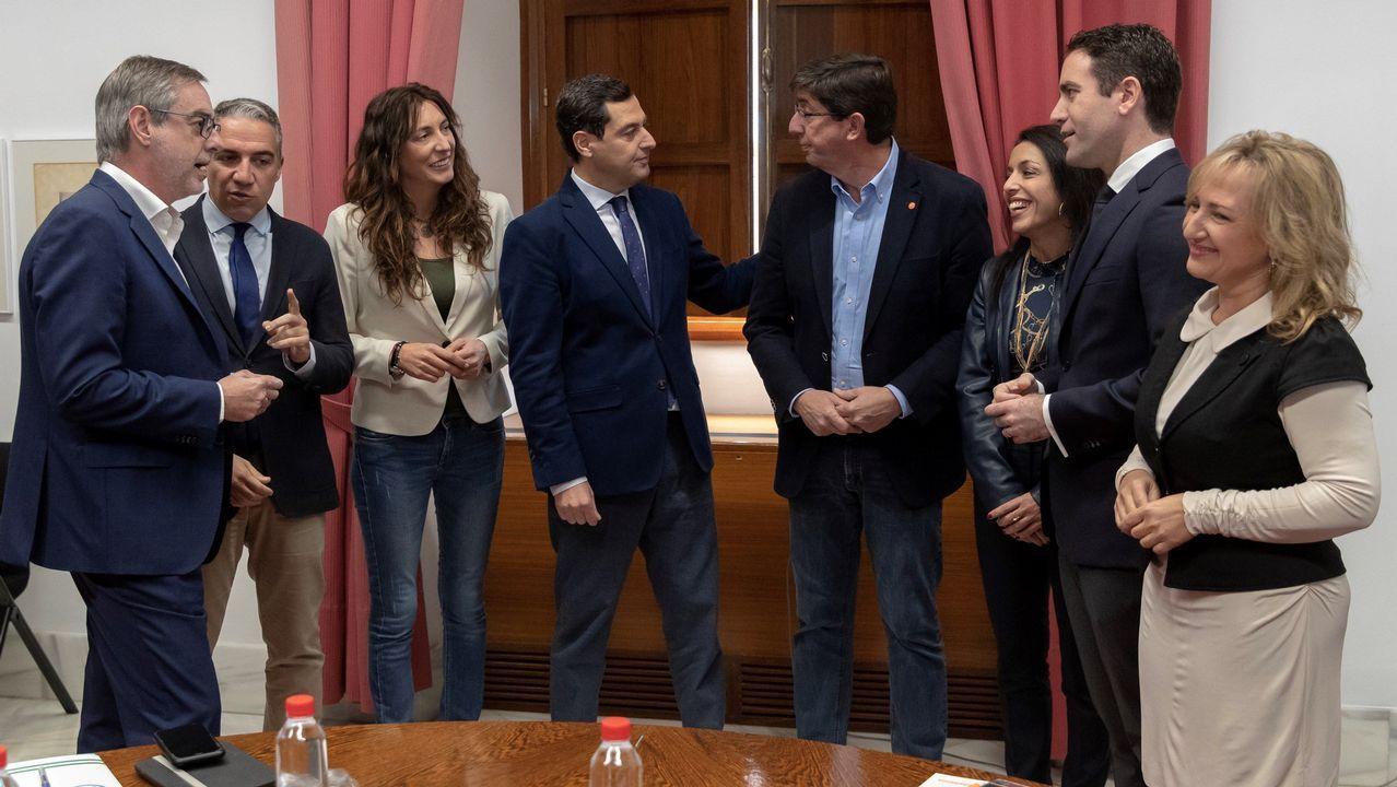 Ciudadanos consigue la Presidencia de la mesa del Parlamento andaluz.Moreno y Marín, en el centro, con los equipos negociadores de Ciudadanos y PP, presididos por Villegas y García Egea