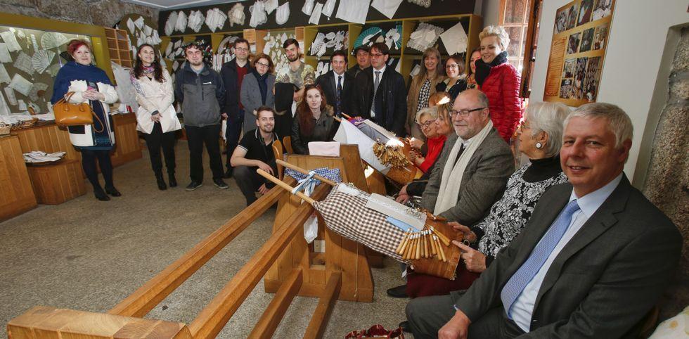 Las distintas delegaciones participantes, ayer por la mañana, en el castillo de Vimianzo.