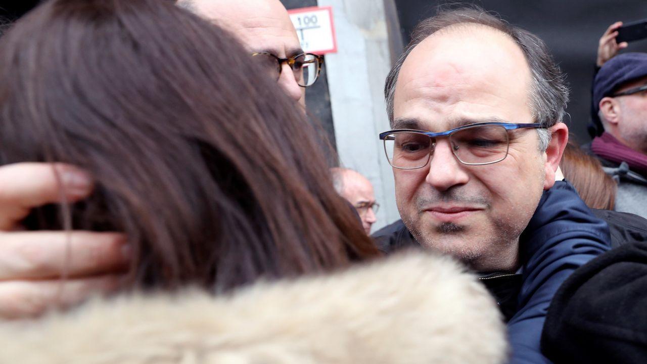 Torra: «Cataluña está esperando a sus políticos honorables».Un furgón policial a su llegada al Tribunal Supremo