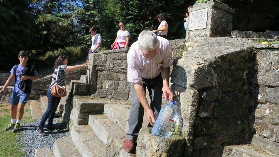 Los romeros recogieron agua en las fuentes del santuario de O Faro