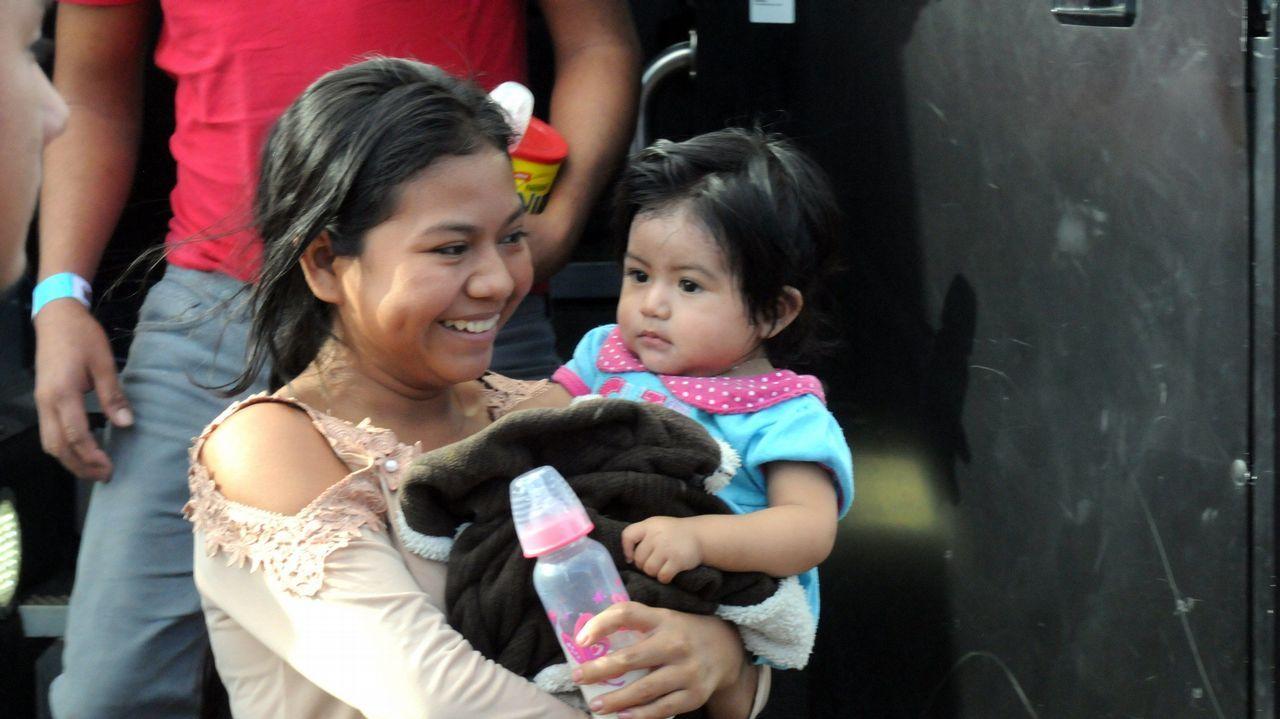 La joven guatemalteca Biel, de 18 años, sonríe a su llegada junto a su hija Daira Carolina, de diez meses, a un albergue en Phoenix