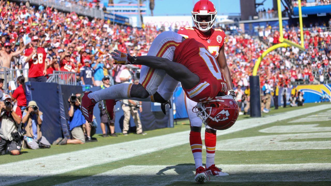 Un jugador del Kansas City Chiefs celebra un tanto realizando una acrobacia