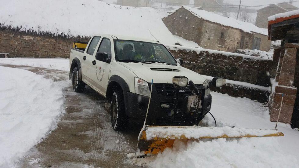 «Juan Sin Miedo», un asturiano contra el clima de Mongolia.Un operario del Ayuntamiento de Somiedo utiliza uno de los quitanieves para despejar las vías del municipio