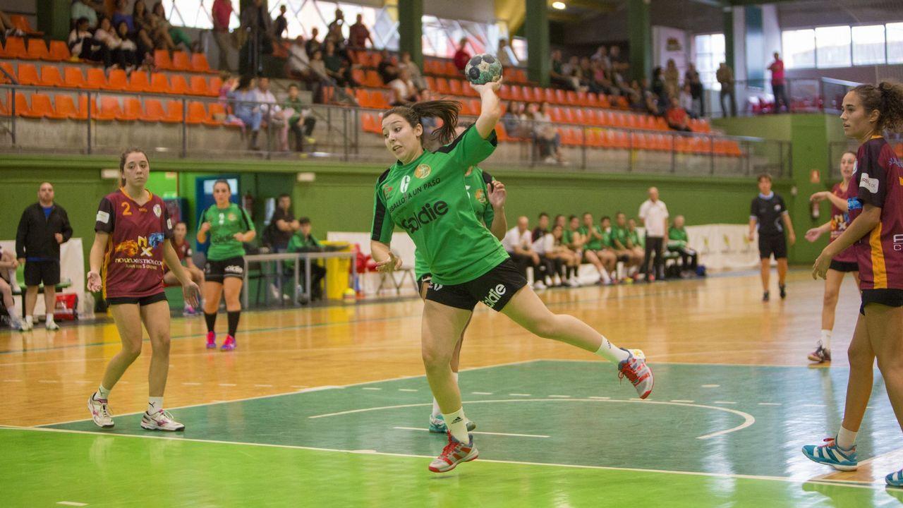 Acto de Adarsa-Mercedes donde el Club Balonmano La Calzada Liberbank anunció la renovación de Lorena Téllez y Raquel Caño