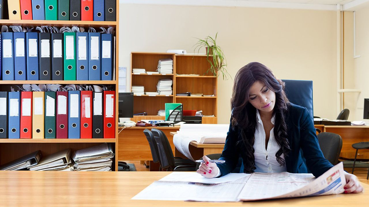 Mujer trabajando.Mujer trabajando en una oficina