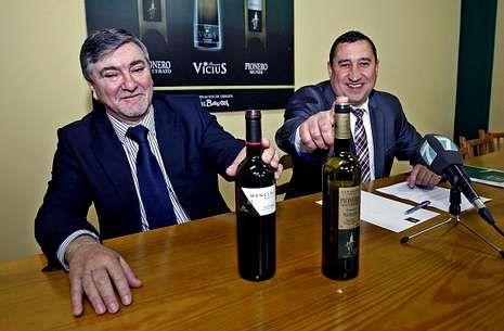 Revientan un cajero de Novagalicia Banco en Cambados.Alfredo Vázquez, gerente de la cooperativa de O Barco, con José Estévez, de Viña Almirante.