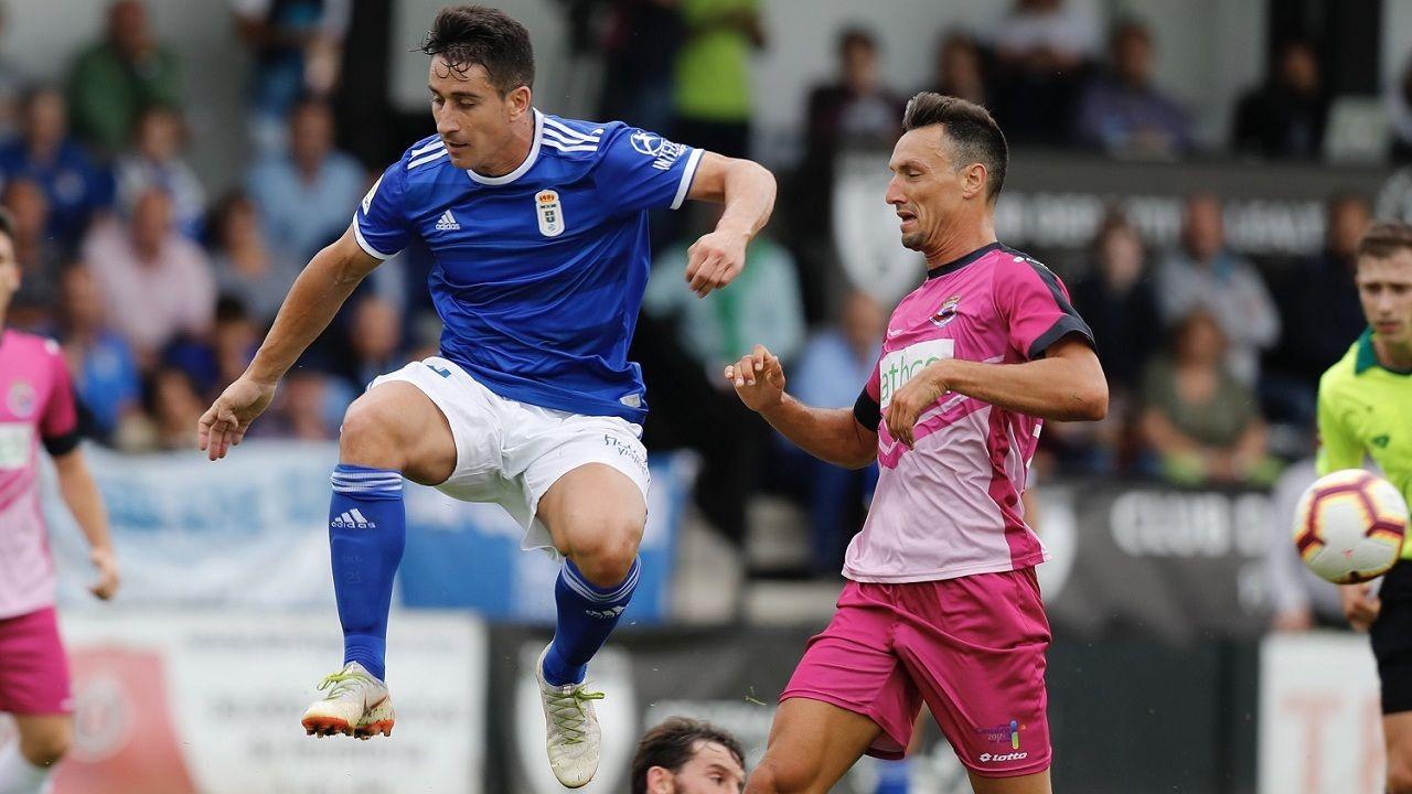 Saúl Berjón en un lance del partido que enfrentó al Real Oviedo y la Gimnástica de Torrelavega