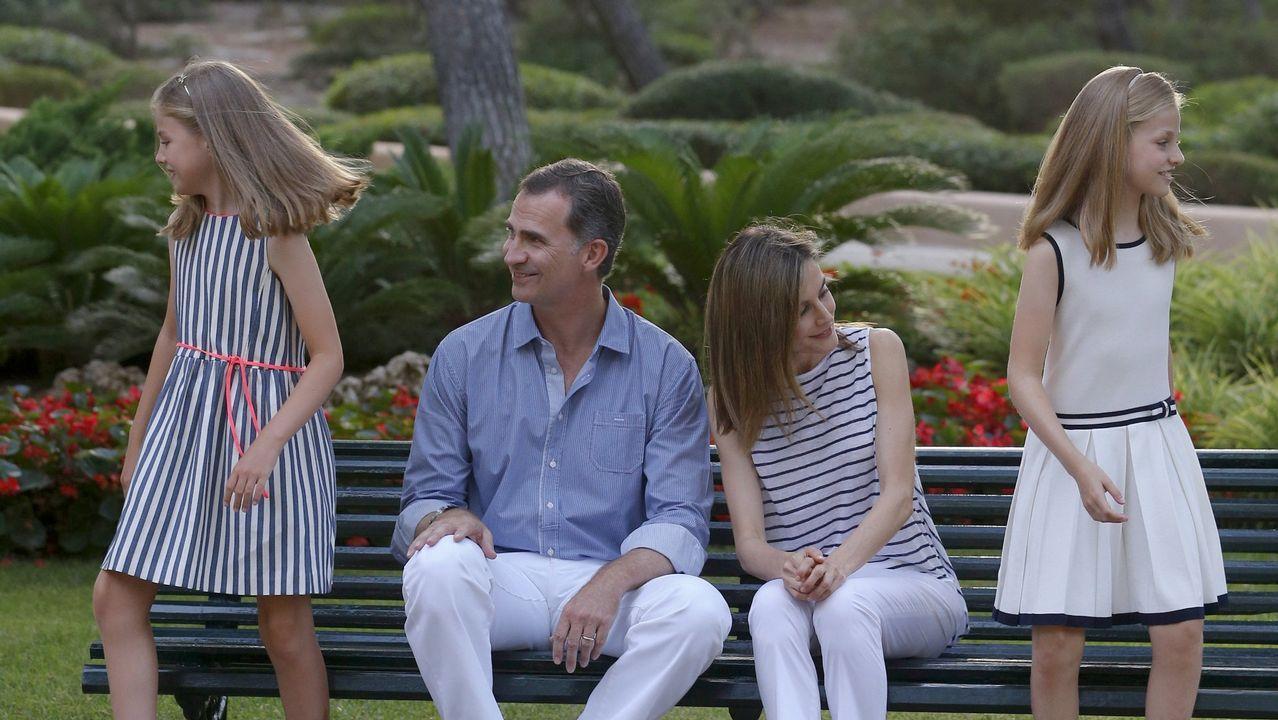 .El rey Felipe VI y la reina Letizia, junto a sus hijas durante el posado de la Familia Real en el Palacio de Marivent, en Palma. Agosto de 2016