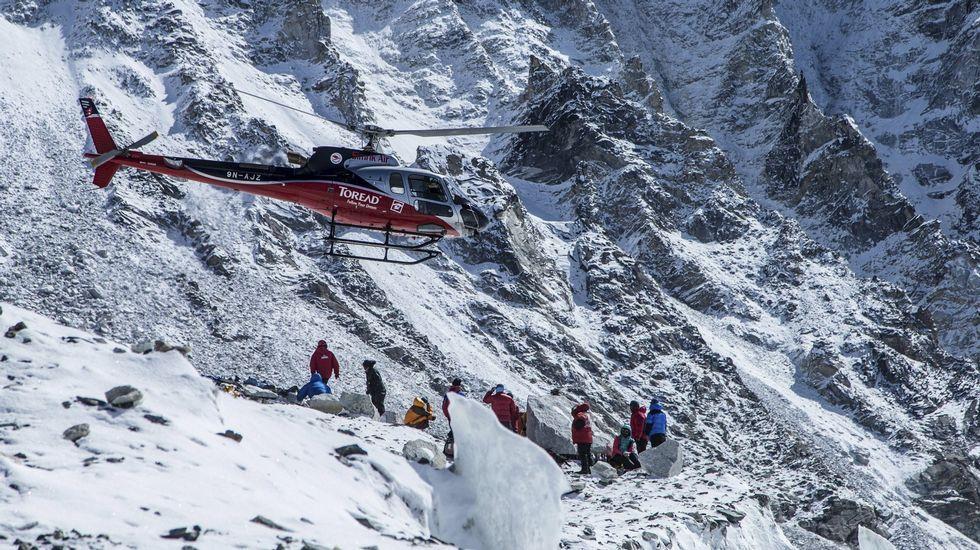 Un niño nepalí, evacuado junto a su familia en un helicóptero