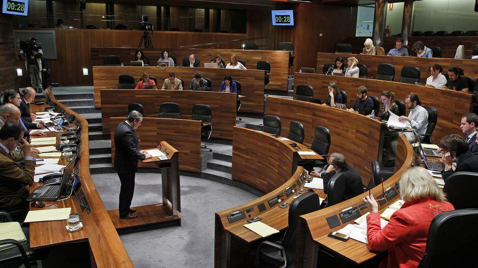 El consejero de Empleo del Principado, Isaac Pola, atiende a los medios.Fernando Lastra
