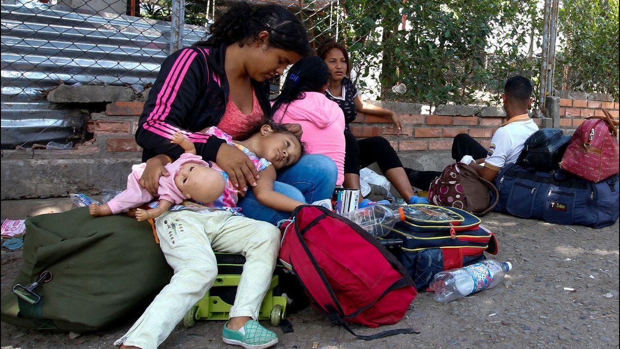 .Los venezolanos descansan después de cruzar la frontera de San Antonio del Táchira en Venezuela a Cúcuta, Colombia