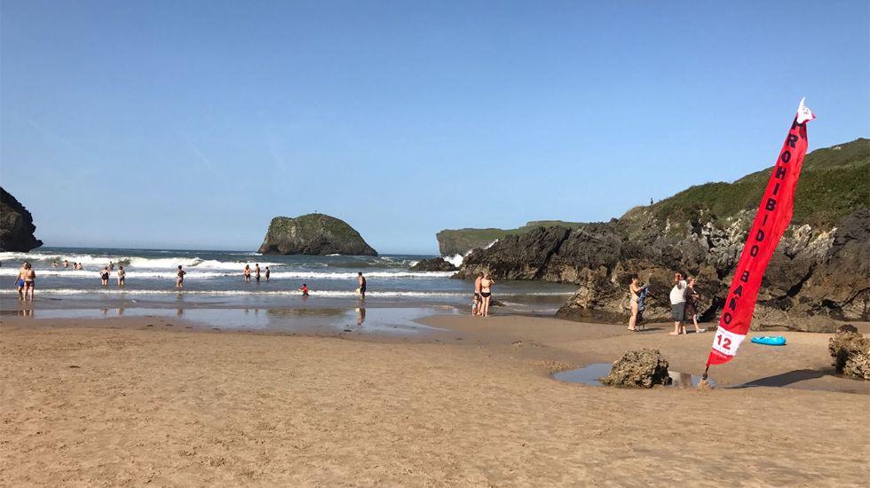Ola de calor en Asturias.Bandera roja en la playa de Los Sorraos, en Llanes