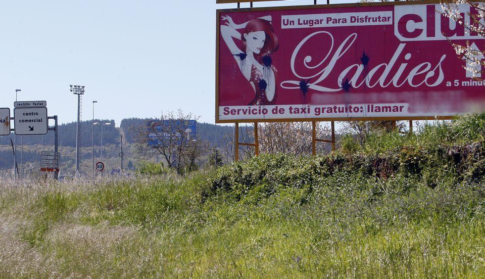 El anuncio de la izquierda, es casi el primero que puede verse entrando en la ciudad por la zona sur; el de la derecha está al lado del campo de fútbol.