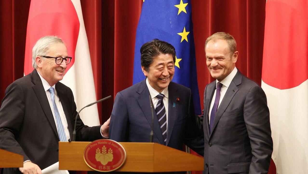 .El primer ministro nipón, flanqueado por los líderes europeos tras sellar el acuerdo de Tokio