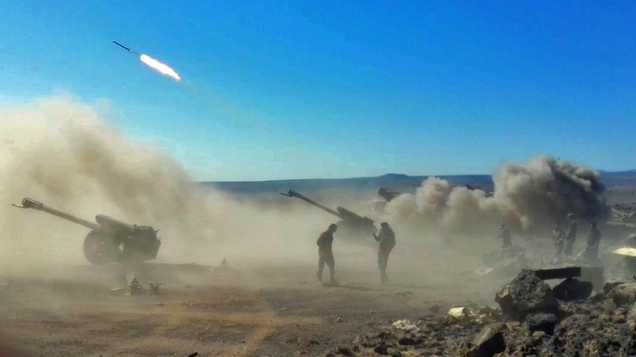 .Artillería del ejército sirio en una zona próxima a un área dominada por el Estado Islámico