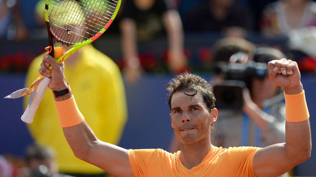 El tenista español Pablo Carreño Busta devuelve una bola al italiano Marco Cecchinato durante su partido de tercera ronda del torneo Roland Garros en París