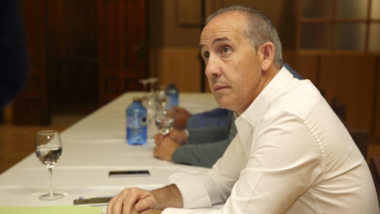 Caballero, proclamado candidato oficial y arropado por los suyos.Javier Fernández y Adrián Barbón