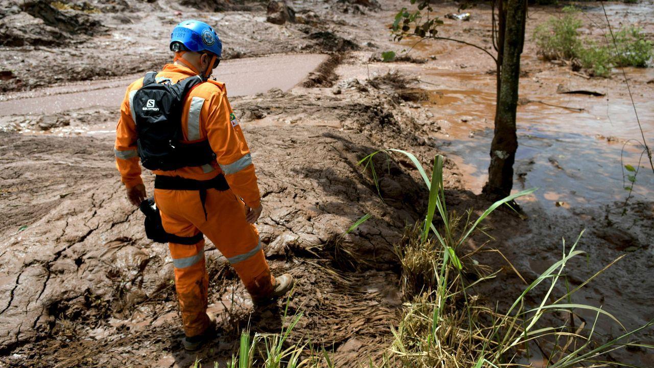 Bomberos buscan cadáveres en la zona arrasada por el lodo
