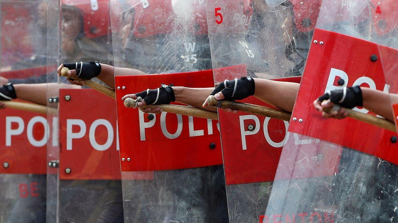 . Policías antidisturbios marchan durante las celebraciones del Día de la Independencia de Malasia
