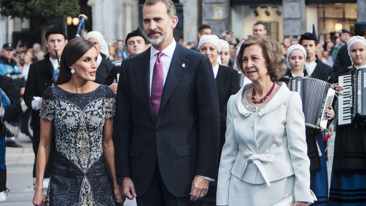 Felipe VI, la reina Letizia y Doña Sofía, a la entrada del teatro Campoamor
