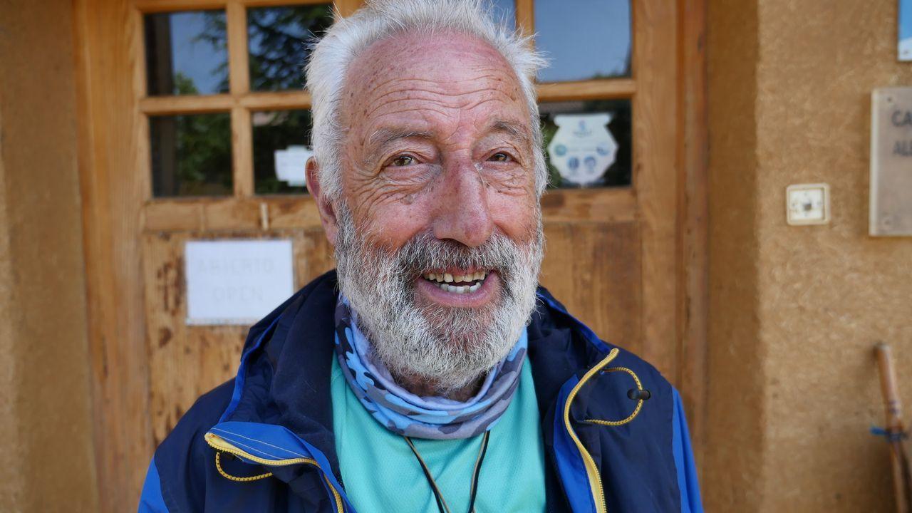 Juan Alonso, de 80 años, hace el Camino con problemas en una rodilla por una ataxia