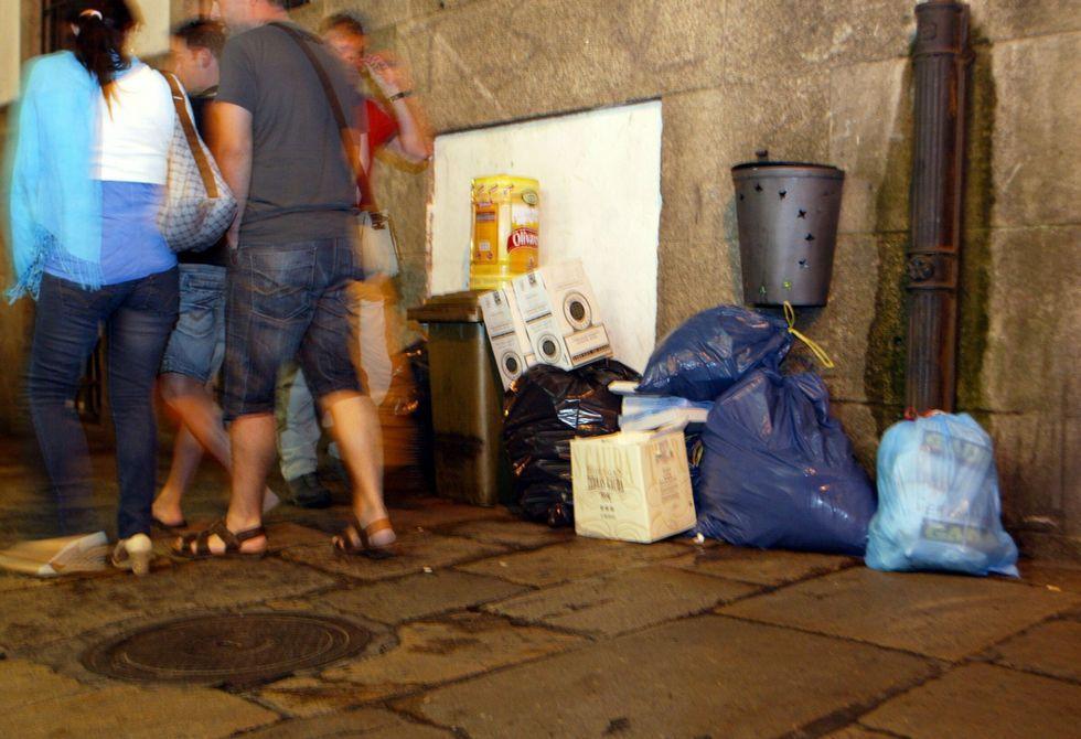 El problema del depósito de residuos en el casco viejo se evidencia especialmente en el Franco y Raíña.