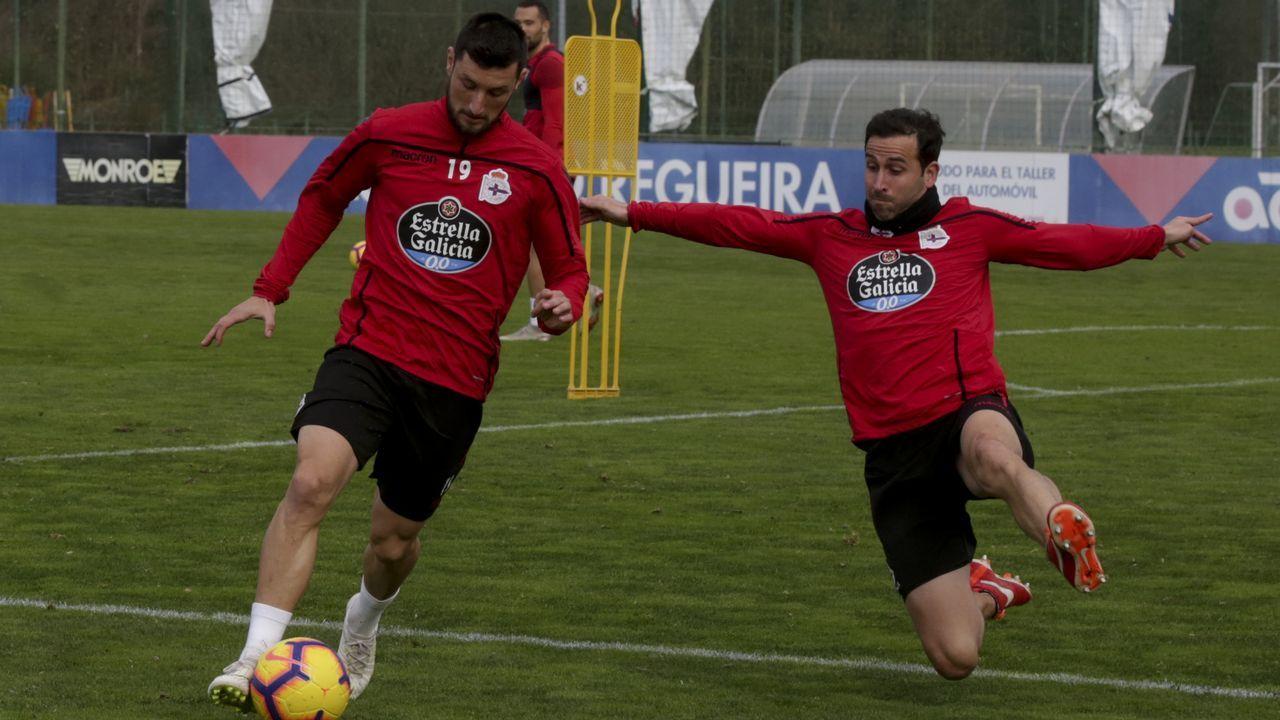 Íñigo López, a la derecha, trata de taponar un disparo de su compañero Borja Valle
