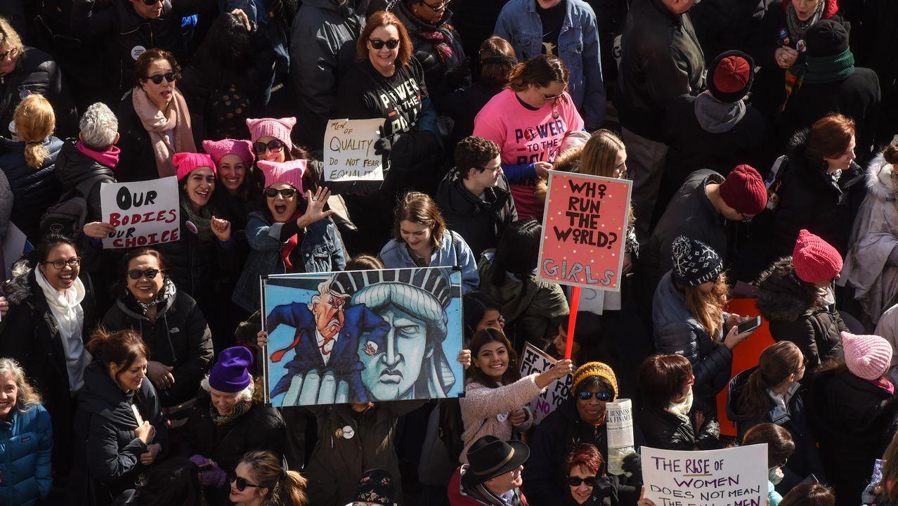 Multitudinaria marcha de mujeres contra Trump en EEUU.El líder demócrata en el Senado, Mitch McConnell, junto a un asesor en el Capitolio
