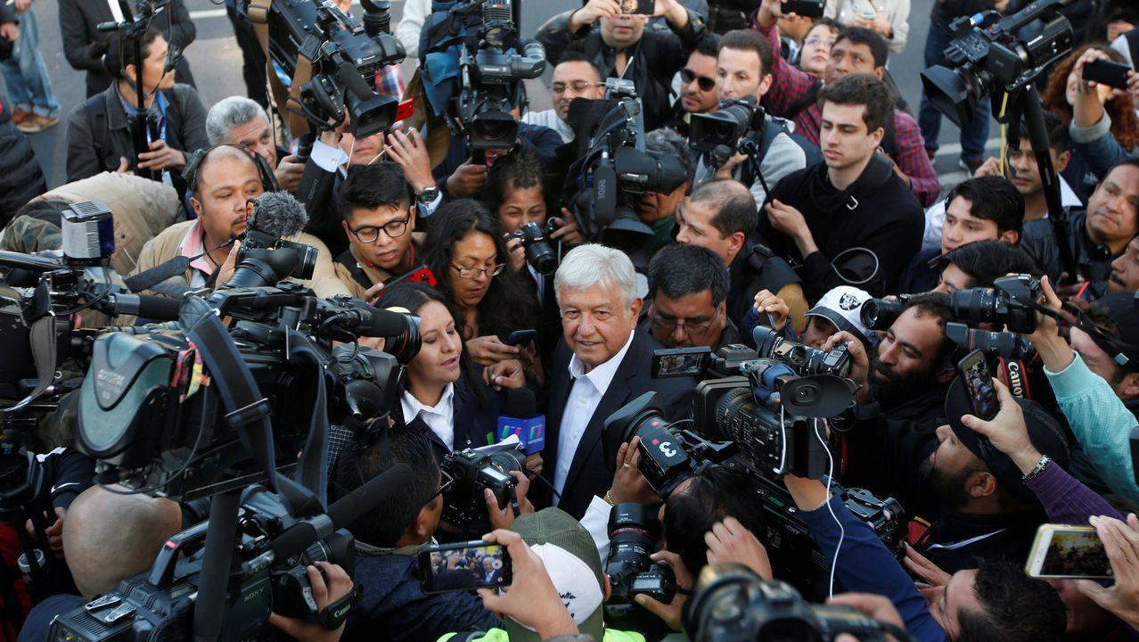 .López Obrador llegó a votar en el sur de Ciudad de México rodeado de una nube de camaras y fotógrafos