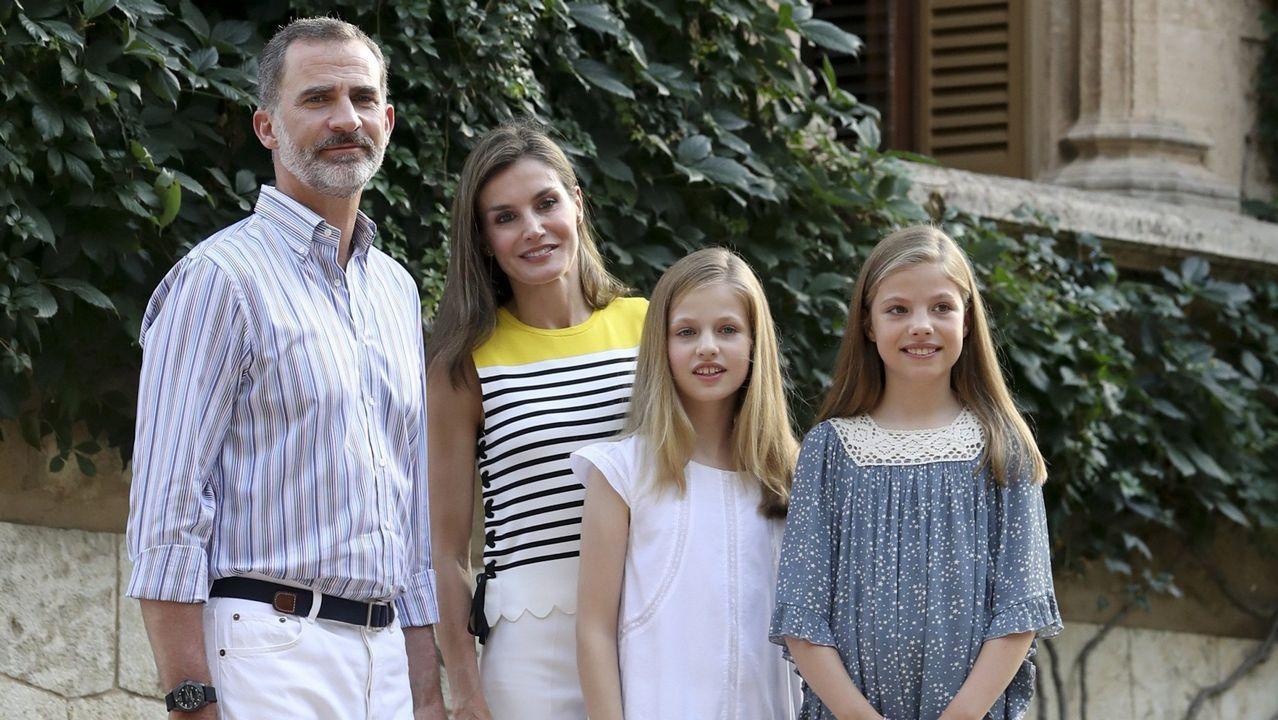 .Los Reyes Felipe y Letizia junto a la princesa Leonor  y la infanta Sofía durante el tradicional posado ante los medios gráficos hoy en el Palacio de Marivent, con motivo de sus vacaciones en Palma en julio de 2017