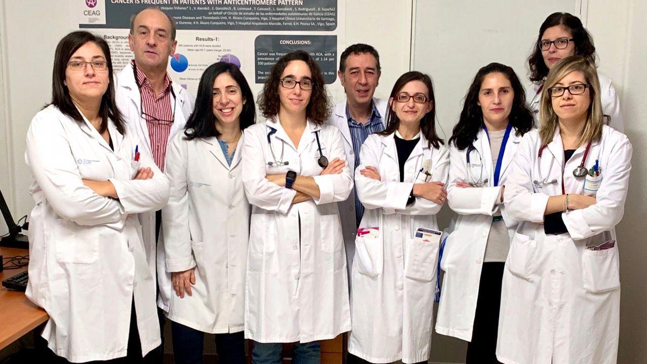 La ministra de Sanidad anuncia 105 plazas nuevas para médicos de familia en Galicia.Estudiantes ojeando el listado de aulas en el examen MIR en Oviedo