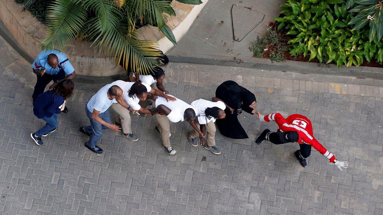 Un grupo de clientes son evacuados del hotel atacado