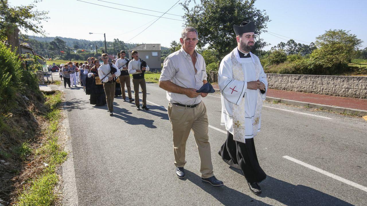 La colorida procesión por Fornelos, Baio, en imágenes