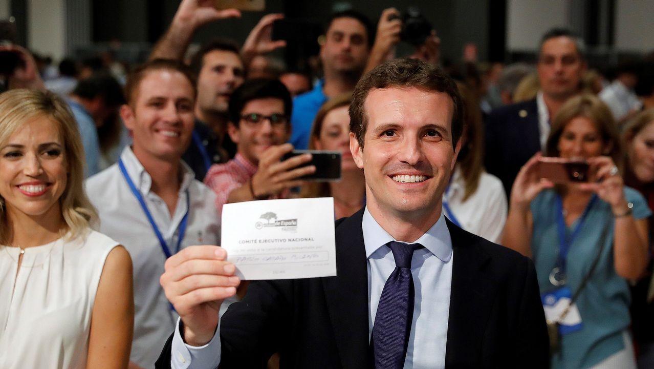 Pablo Casado depositando su voto