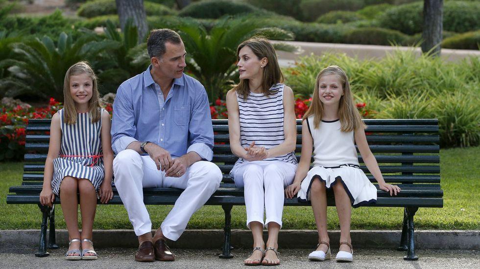 El posado «real» de Marivent.Primera foto oficial de la Princesa de Asturias, coincidiendo con la celebración de su 12 cumpleaños