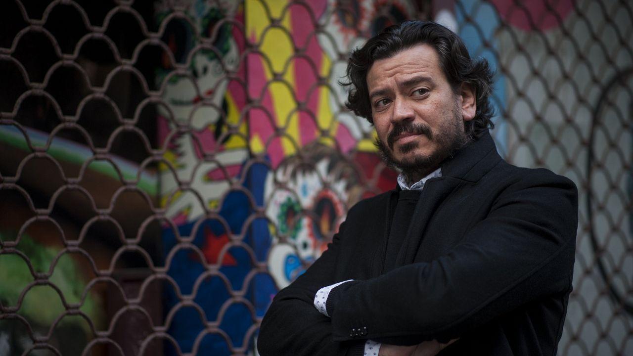 El entroido de Fisterra, en imágenes.El director Jaime Chávarri, durante su visita a la exposición 'La magia de lo efímero', dedicada a Gil Parrondo