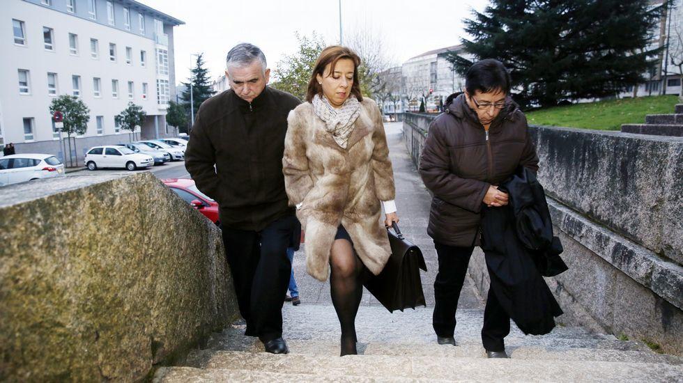 .Manuel Fernández Castiñeiras, llega a l juzgado en compañía de su mujer y su abogada