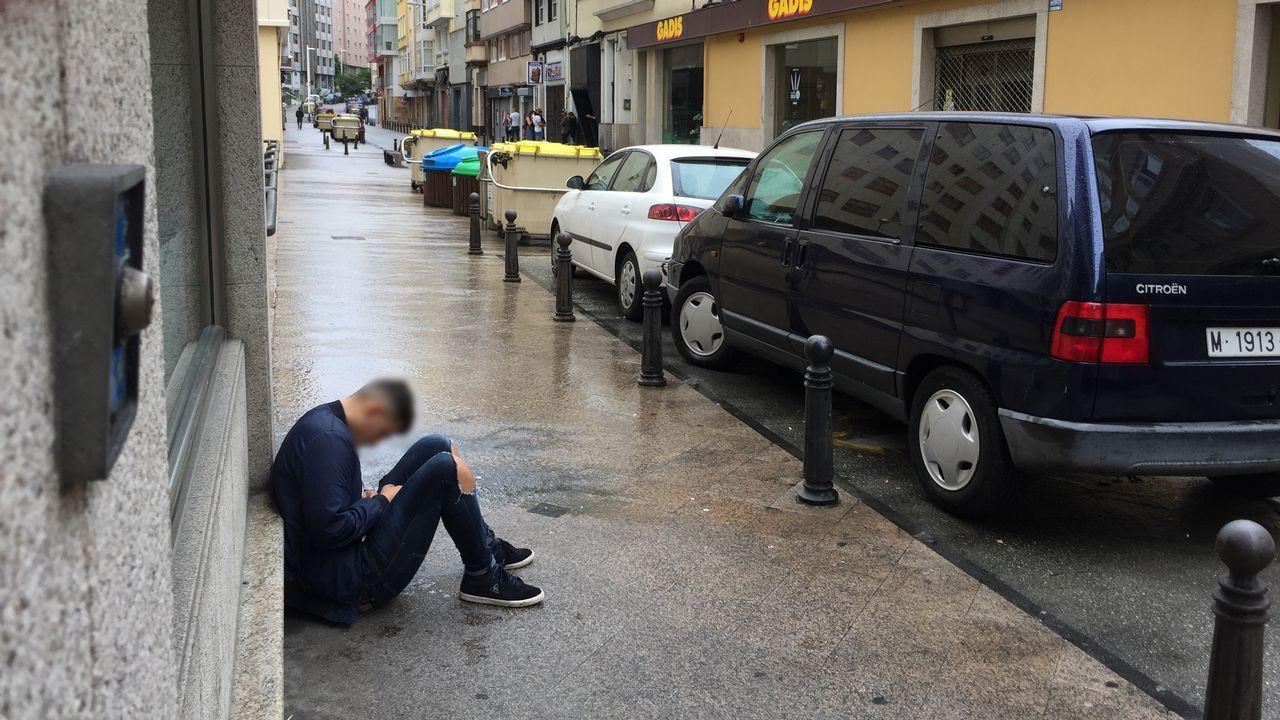 .13.00 horas. Un joven duerme en la calle Juan Canalejo