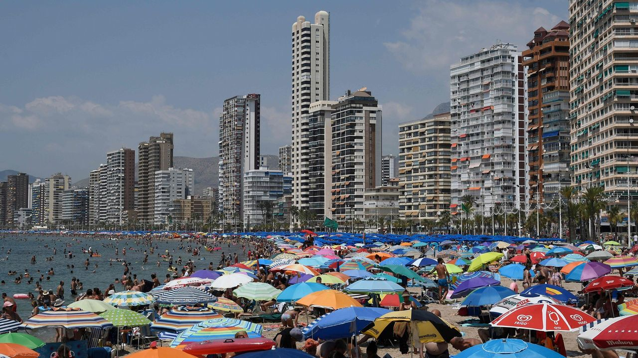 Una británica reclama el dinero de sus vacaciones porque había «muchos españoles» en su hotel de Benidorm.Playa de Benidorm