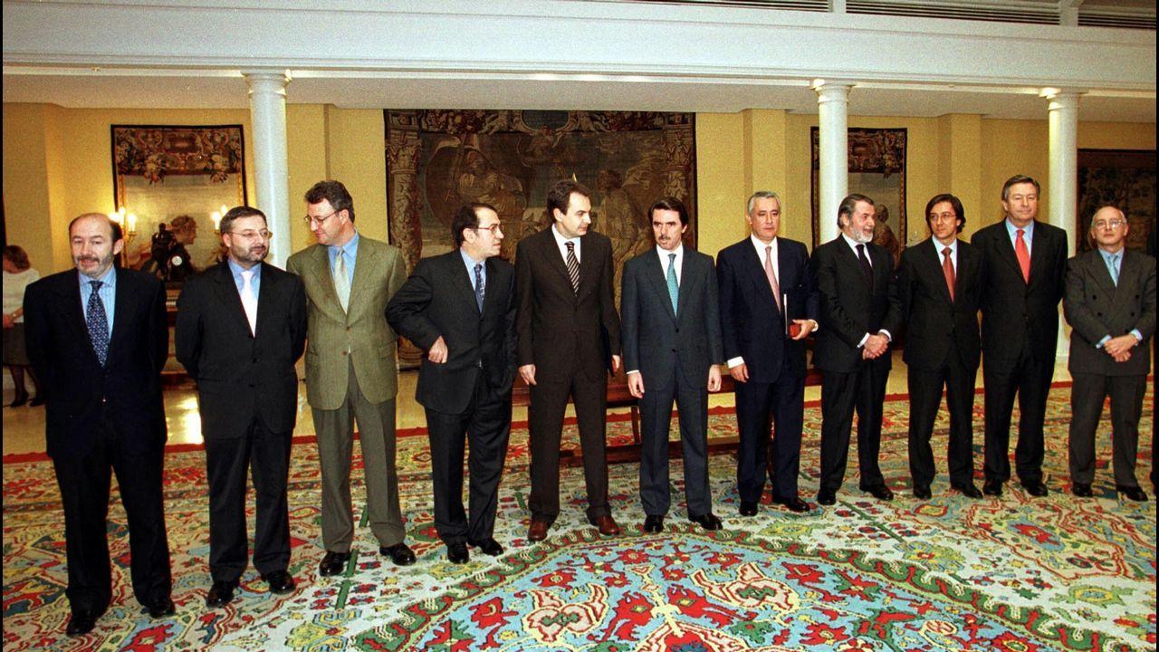 Pérez Rubalcaba (primero por la izquierda) con los firmantes del pacto antiterrorista contra ETA en el 2000