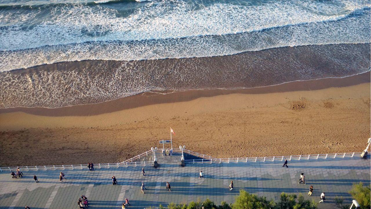 La playa de San Lorenzo y el paseo del Muro, en Gijón.La playa de San Lorenzo y el paseo del Muro, en Gijón