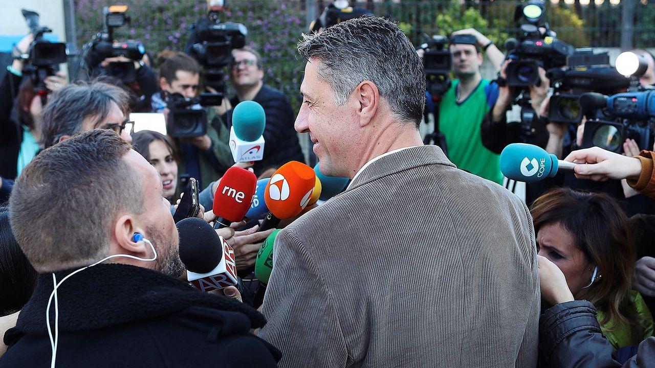 Profesionales de los medios de comunicación rodean a la candidata de Ciudadanos, Inés Arrimadas, tras votar en el colegio electoral Ausiàs March