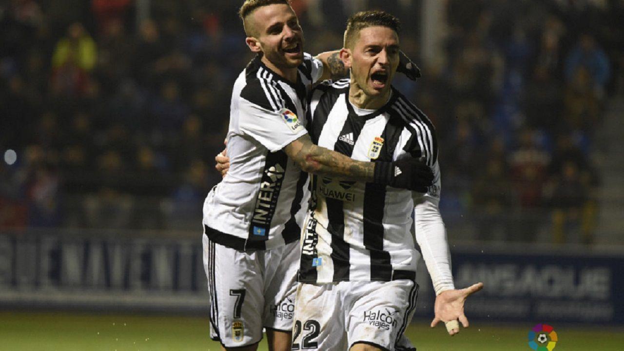 Gol Real Oviedo Aaron Rocha Huesca.Aaron y Rocha celebran el gol del Real Oviedo