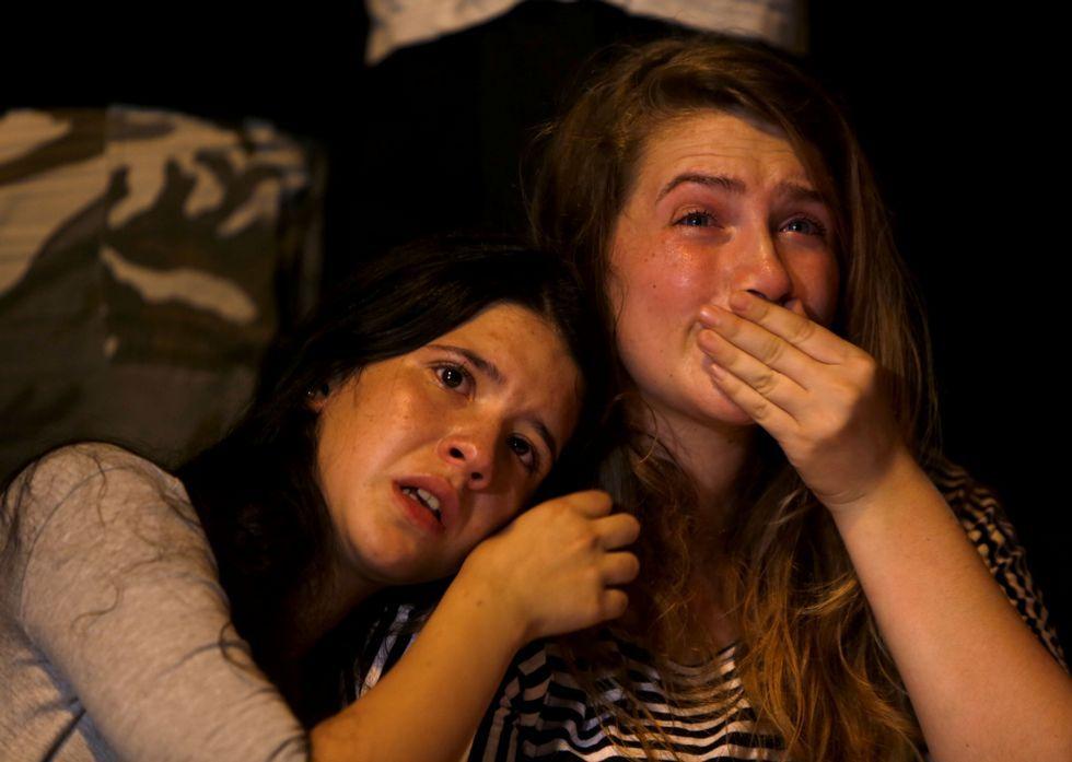 Enfrentamientos en la Explanada de las Mezquitas de Jerusalén.Dos jóvenes lloran al conocer la muerte de la adolescente apuñalada el día del Orgullo Gay.