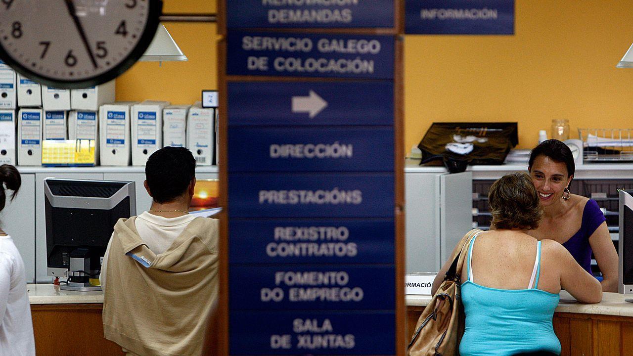 Mujer trabajando.Interior de una oficina de farmacia actual