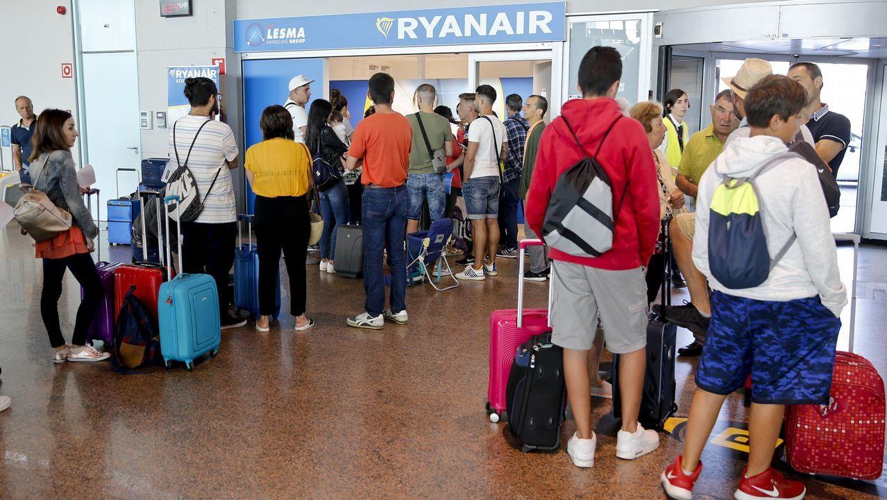 Un grupo de pasajeros consulta los vuelos en el Aeropuerto de Asturias.Uno de los drones de Indra, en proceso de desarrollo en el aeródromo lucense de Rozas.