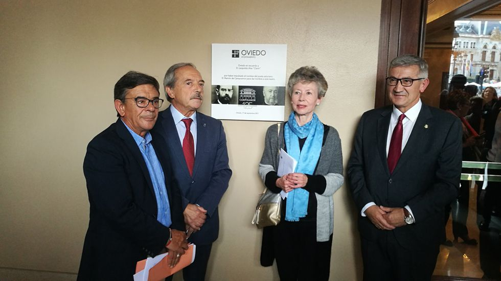 .Roberto Sánchez, Wenceslao López, Ana Cristina Tolivar y Santiago García Granda junto a la placa de Clarín