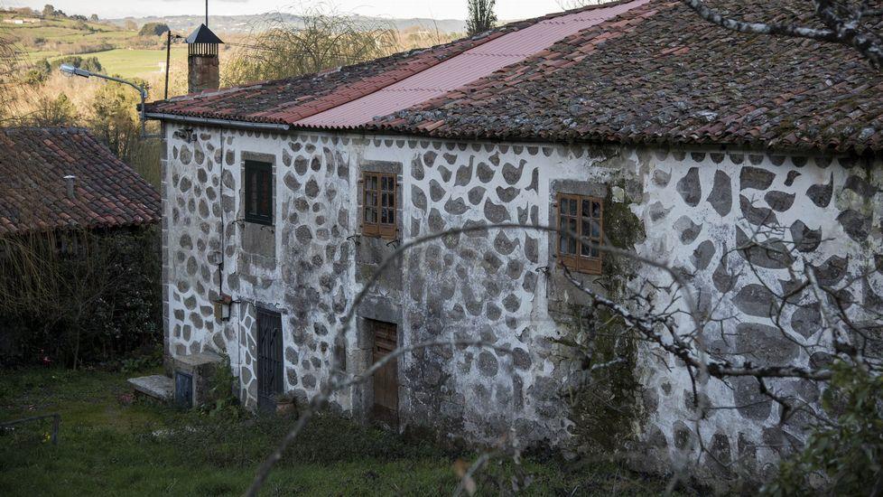 Fachada decorada de la Casa Carballeda, en la parroquia de San Fiz da Laxe en el municipio de O Saviñao