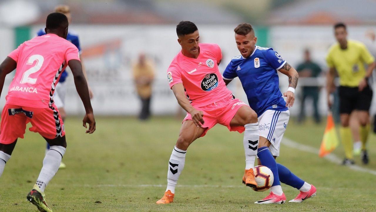 Aarón disputa un balón en el partido frente al Lugo